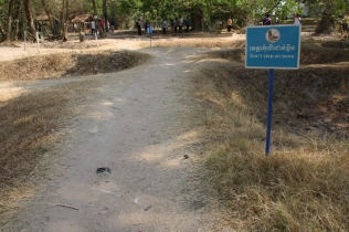 """Die Roten Khmer haben in den 70er Jahren in nur 4 Jahren 25% der eigenen Bevölkerung getötet - ein unfassbarer Vorgang. Hier: Massengräber der """"Killing Fields"""""""