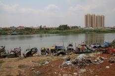 Am Flussufer geht es ärmlicher zu