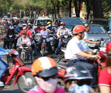 Auf den Straßen von HCMC ist was los - Mopeds bestimmen das Stadt- bzw. Straßen-Bild