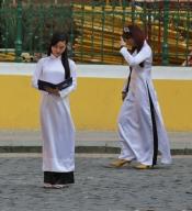 Trachten (Schuluniformen) von Schülerinnen.