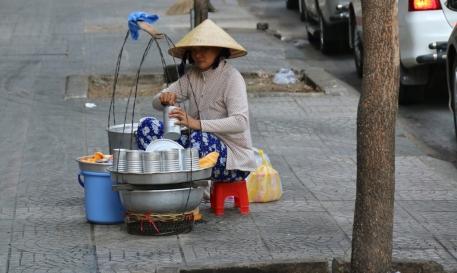 Asien at it's finest: Jeder der mag, kocht etwas und hockt sich auf (übergroßen) Stühlen irgendwo an den Straßenrand und legt los.