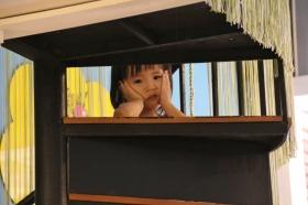 Ein lustiges kleines Mädchen in einem Kaffeehaus. War sehr interessiert an den Langnasen.