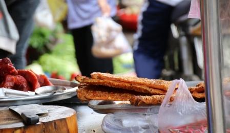 Da läuft uns immer das Wasser im Munde zusammen: Schweinebauch, in Saigon gerne im Baguette serviert, einer Hinterlassenschaft aus den 100 Jahren unter französischer Herrschaft.