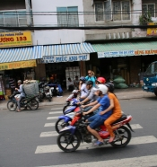 """Ein echtes Thema: """"Das Überqueren von Straßen in HCMC"""". Die Strategie (kein Witz): Langsam aber bestimmt losgehen, Arm heben und bloß nicht mehr anhalten. Dann fahren alle um einen herum. Problematisch ist: Stehenbleiben. Tödlich ist: Rückwärtsgehen."""
