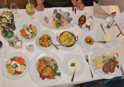 """So muss ein guter deutscher Essenstisch aussehen (im Restaurant """"Rodetal"""")."""