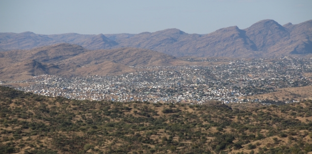 """Blick auf das Armenviertel von Windhuk """"Katatura"""" (ehemaliges Township) - die hellen Flecke sind Reflexionen von Wellblechhäusern."""