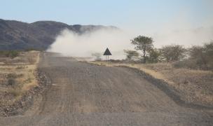 Der typische Blick auf eine Sandpiste - der Wind verweht den aufgewirbelten Sand.
