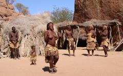 """Ein Abstecher in ein """"Village"""" - dort wird gezeigt, wie die """"Damara"""" früher lebten."""