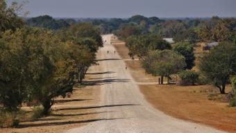"""Die Landstraßen wirken immer """"afrikanischer"""" im Norden von Namibia."""