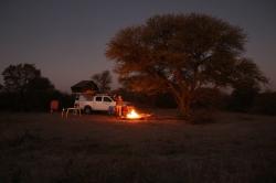 Lagerfeuer-Romantik in Mitten der Zentralen Kalahari. Weit und breit niemand da...