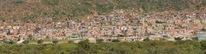 Zwischendrinn typische afrikanische Dörfer (die übrigens längst nicht mehr nur aus Wellblech gebaut sind).