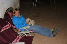 Heike hat einen Streichelhund gefunden (den kleinsten, den es gab).