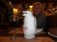 """In unserem Stamm-Restaurant um die Ecke, hier mit dem """"Pinguin"""" (da ist Wein drin)"""