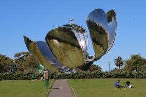 Floralis Genérica, eine Skulptur aus Stahl und Aluminium im in Plaza de las Naciones Unidas