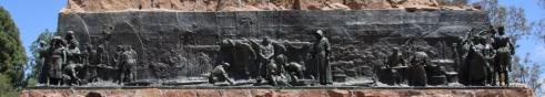 ... und Eisen-Tafeln, die die Geschichte des Landes erzählen...