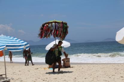 An der Copacabana am Strand kann man alles kaufen, was wichtig ist...