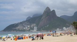 """Ipanema Beach, unsere erste Wahl :-) Im Hintergrund ein """"Favela"""", ein Armenviertel der Stadt."""