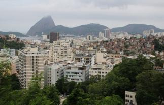 Blick über Rio (hinten der Zuckerhut).