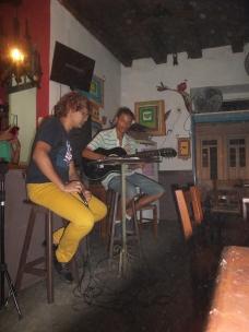 Die Gesangskünste der Musikanten lassen sehr zu wünschen übrig! Das macht den Künstlern aber nichts aus, sie singen und singen, in Kneipen und auf den Straßen...