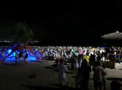 Gefeiert wird am Strand - wir sind nicht alleine :-)