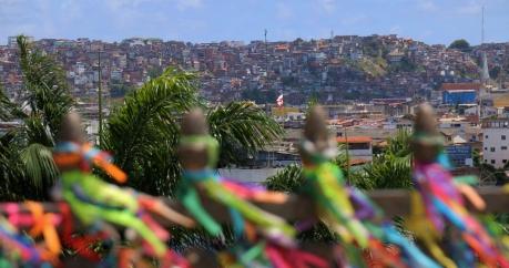 """Blick auf die Armenviertel """"Favelas"""" von Salvador (und da gibt es viele von - eigentlich ist die ganze Stadt ein großes Armenviertel, mit Ausnahme der historischen Altstadt)"""