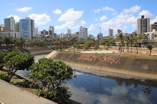 Dieser Kanal zeigt eines der Umweltprobleme der Stadt (und der Kanal stinkt!) ... er fließt direkt ins Meer, nahe am Strand.
