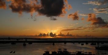 """Sonnenuntergang über dem kleinen Jachthafen. Blick vom """"Mercado Modelo""""."""