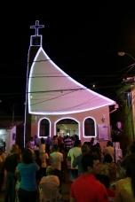 Auch nach Weihnachten ist die (zugegebenermaßen kleine) Kapelle in der Fußgängerzone von Porto de Galinhas voll.
