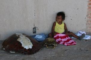 Leider auch hier, auf einer der kleinen Inseln, Kinderarbeit - sie verkauft natürlich noch nichts selbst, soll aber animieren