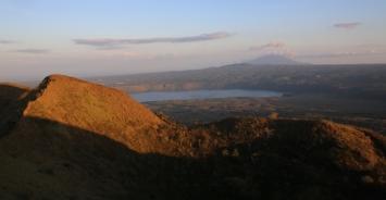 Blick in die andere Richtung - überall sieht man Vulkanseen oder Vulkane