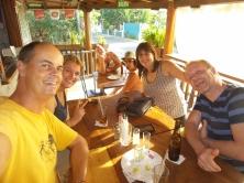 """Neue Freunde in Las Penitas: Marc, Shane, Petra und Ralf (hier im """"Mono Loco"""")"""