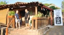 """Unsere Stamm-Kneipe in Las Penitas, da """"Mono Loco"""", betrieben von """"Mike"""" (rechts)"""