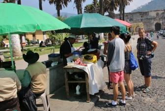 Wir machen eine Streetfood-Tour durch die Innenstadt von Antigua - da lernt man immer noch ein paar unbekannte Leckereien kennen!