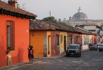 es leuchten die Farben in den Straßen von Antigua - zum Nachmittag
