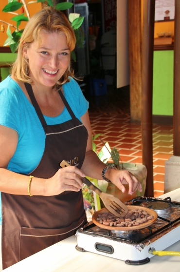 Kakaobohnen werden (wie auch Kaffeebohnen) geröstet