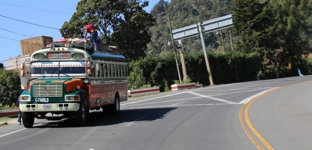 """ein """"Chicken Bus"""" (wird so genannt, weil die Leute alles mitnehmen, auch Hühner)... glücklicherweise nicht unser Transportmittel"""