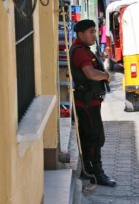 """gehört zum Stadtgeschehen in Guatemala, der """"Pumpgun-Man"""", man sieht ihn zumeist vor Banken und Supermärkten"""