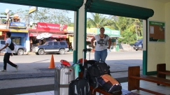Warten aus unseren Bus nach Tikal - mussten nur 3 Stunden warten ;-)