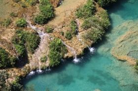 inkl. kleinen Wasserfällen und Grotten