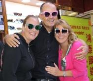 Zusammen mit Bernadette probieren wir Sonnenbrillen aus