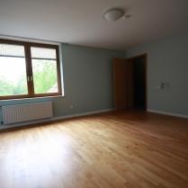 Eltern-Schlafzimmer (Blick zum großen Garten) / Zugang zum ersten Kleiderschrank