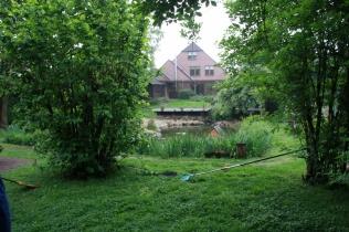 großer Garten mit Naturteich