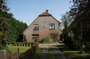 Hausfront (Blick vom Grenzweg)